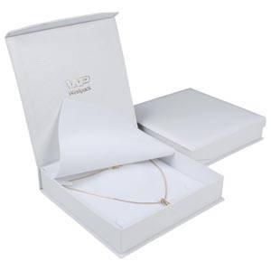 Nice smykkeæske til collier/ halskæde Cremefarvet kunstlæder slangeprint / Hvid indsats 165 x 165 x 35 (159 x 159 x 24 mm)