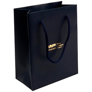 Mat papirpose med logotryk, lille Mat mørkeblå karton med matchende flettet hank 114 x 146 x 63 150 gsm
