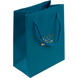 Mat papirpose med logotryk, lille Mat petrolblå karton med matchende flettet hank 114 x 146 x 63 150 gsm