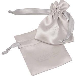 Satinpåse med logotryck på påse och band, mini Silver satin 75 x 90