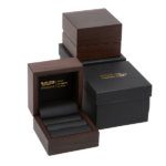 Packaging deluxe: Boxes with walnut wooden look
